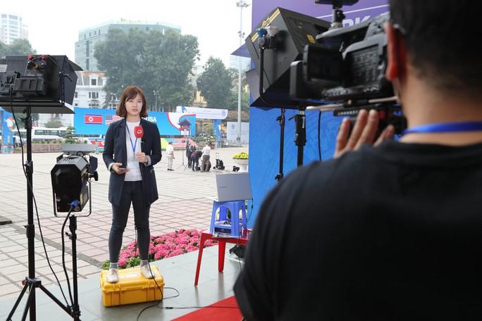 Cận cảnh những nữ phóng viên xinh đẹp tác nghiệp thượng đỉnh Mỹ-Triều - Ảnh 1.