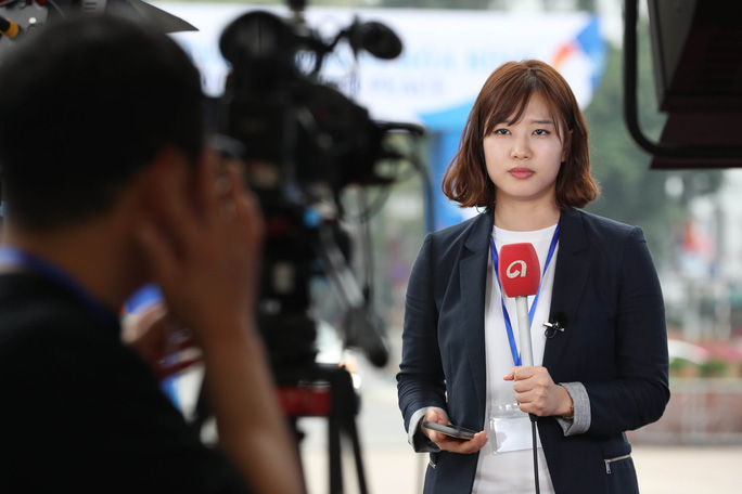 Cận cảnh những nữ phóng viên xinh đẹp tác nghiệp thượng đỉnh Mỹ-Triều - Ảnh 2.