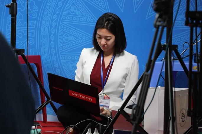 Cận cảnh những nữ phóng viên xinh đẹp tác nghiệp thượng đỉnh Mỹ-Triều - Ảnh 11.