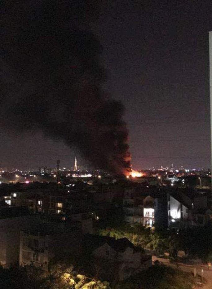 Cháy lớn tại một nhà xưởng ngoại ô TP HCM - Ảnh 2.