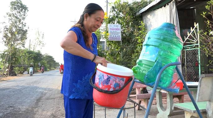 Mát lòng những thùng nước miễn phí đặt ven đường ngày nắng nóng! - Ảnh 1.