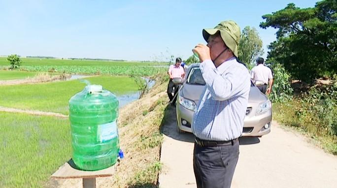Mát lòng những thùng nước miễn phí đặt ven đường ngày nắng nóng! - Ảnh 2.