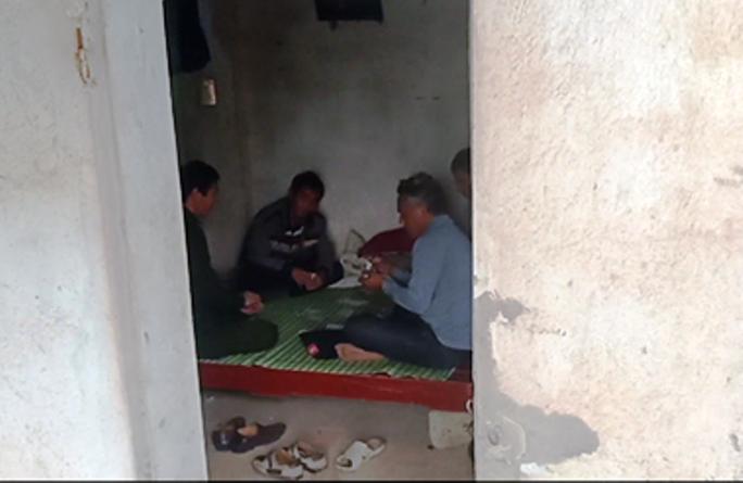 Cán bộ ngồi đánh bài trong chòi tại chốt kiểm dịch tả heo châu Phi - Ảnh 2.