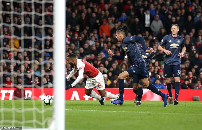 Man United gục ngã trước Arsenal, CĐV tấn công cầu thủ - Ảnh 6.