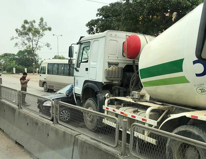 """Rẽ ngang Quốc lộ 1A, """"xế hộp"""" bị xe bồn tông dập nát - Ảnh 1."""