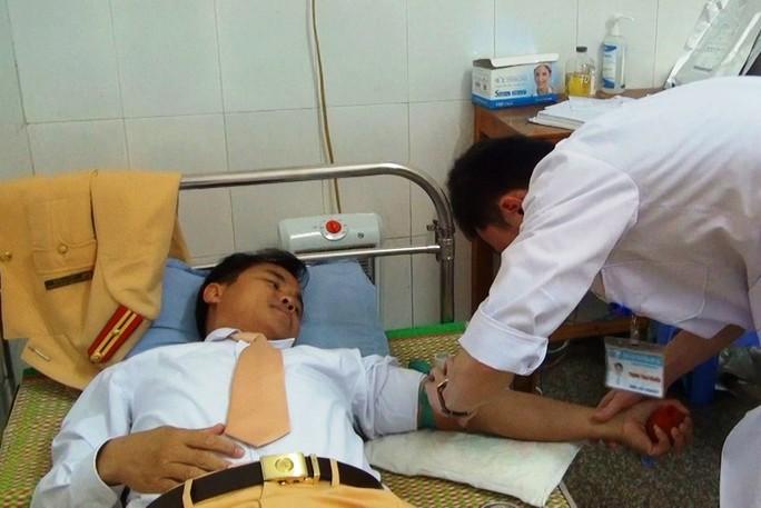 Thiếu tá CSGT hiến máu cứu nữ sinh gặp tai nạn giao thông - Ảnh 1.