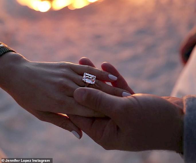 Jennifer Lopez gây sốt khi tung loạt ảnh được cầu hôn - Ảnh 4.