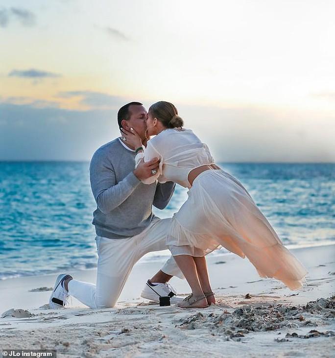 Jennifer Lopez gây sốt khi tung loạt ảnh được cầu hôn - Ảnh 2.