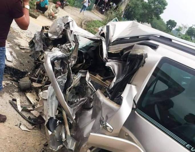 Tông trực diện xe khách, tài xế ôtô 7 chỗ tử vong trong xe biến dạng - Ảnh 2.