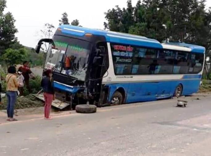 Tông trực diện xe khách, tài xế ôtô 7 chỗ tử vong trong xe biến dạng - Ảnh 1.