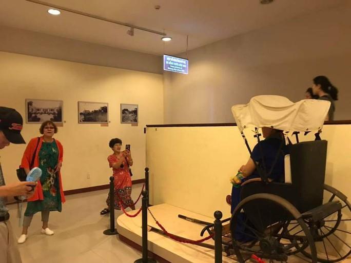 Du khách Trung Quốc ngang nhiên ngồi lên hiện vật ở Bảo tàng Đà Nẵng - Ảnh 1.