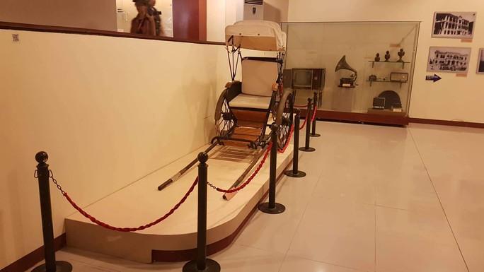 Du khách Trung Quốc ngang nhiên ngồi lên hiện vật ở Bảo tàng Đà Nẵng - Ảnh 2.