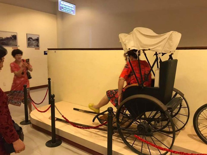 Du khách Trung Quốc ngang nhiên ngồi lên hiện vật ở Bảo tàng Đà Nẵng - Ảnh 3.