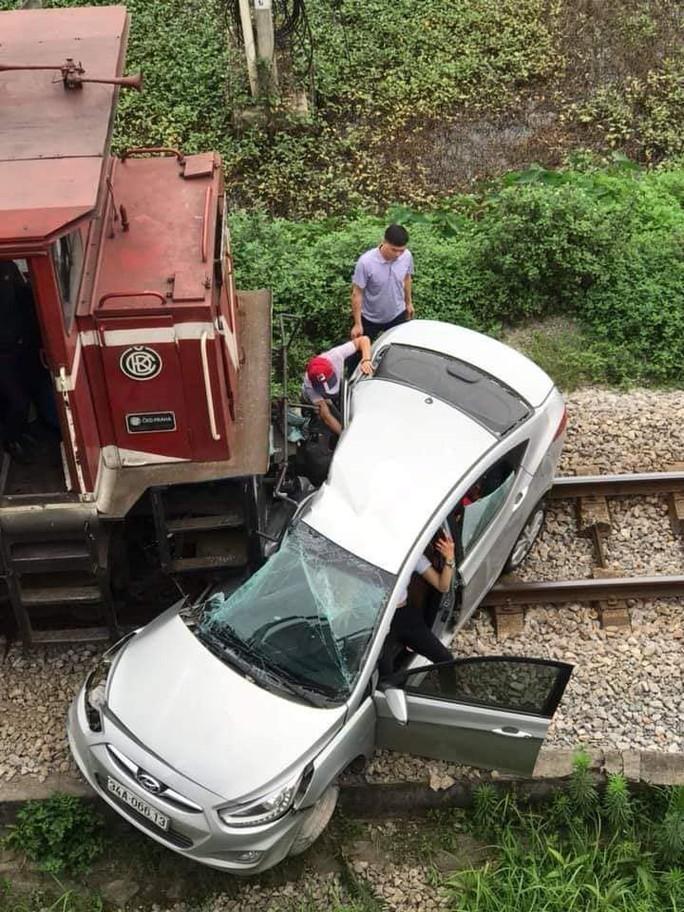 Băng qua đường sắt, xế hộp bị tông bẹp, 5 người thương vong - Ảnh 1.