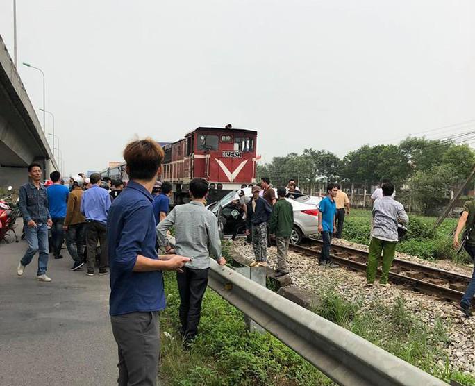 Băng qua đường sắt, xế hộp bị tông bẹp, 5 người thương vong - Ảnh 2.