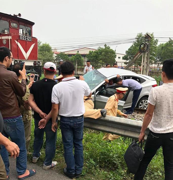 Băng qua đường sắt, xế hộp bị tông bẹp, 5 người thương vong - Ảnh 3.