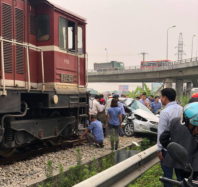Băng qua đường sắt, xế hộp bị tông bẹp, 5 người thương vong - Ảnh 4.