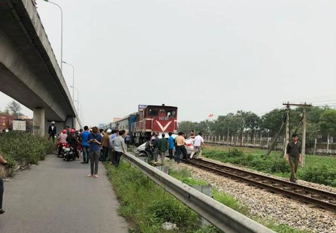 Băng qua đường sắt, xế hộp bị tông bẹp, 5 người thương vong - Ảnh 5.