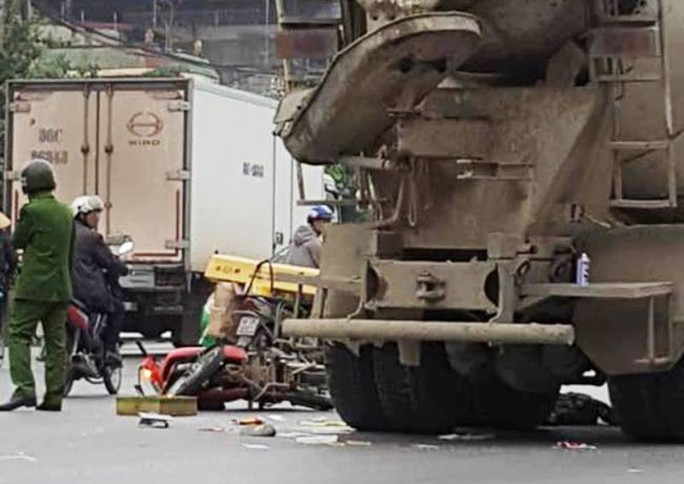 Người phụ nữ đi xe máy ngã ra đường bị xe bồn cán tử vong - Ảnh 1.