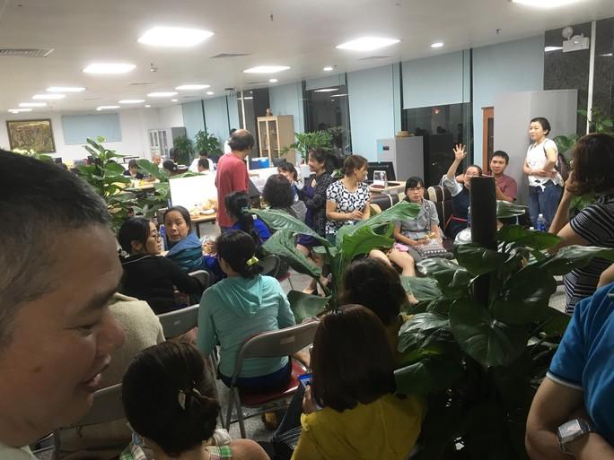 Hàng trăm khách hàng bao vây trụ sở một công ty bất động sản đòi sổ đỏ - Ảnh 1.