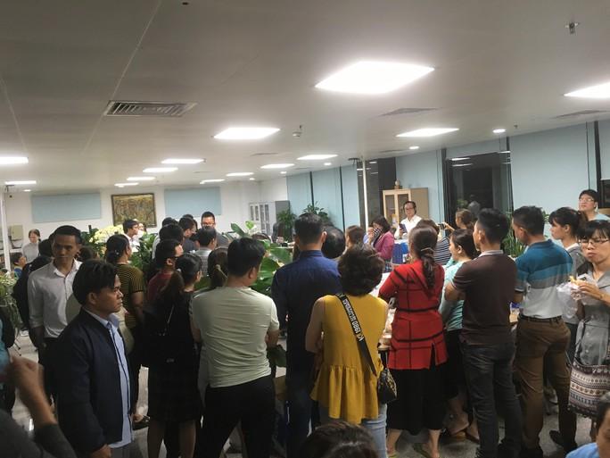 Hàng trăm khách hàng bao vây trụ sở một công ty bất động sản đòi sổ đỏ - Ảnh 2.