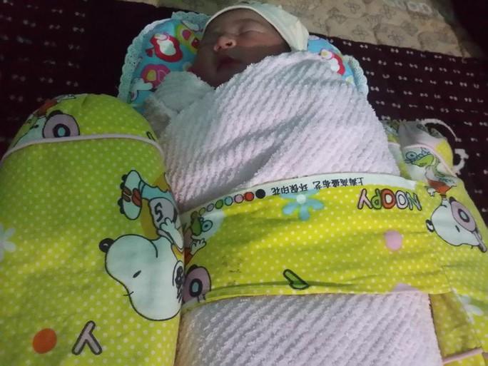 Bé gái sơ sinh còn nguyên dây rốn tím tái trong bãi rác - Ảnh 1.
