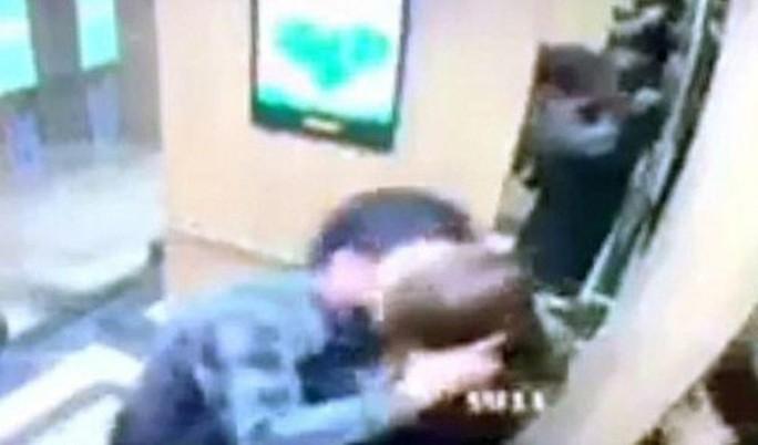 Nữ sinh viên bị sàm sỡ trong thang máy nói gì sau buổi gặp người đàn ông? - Ảnh 1.
