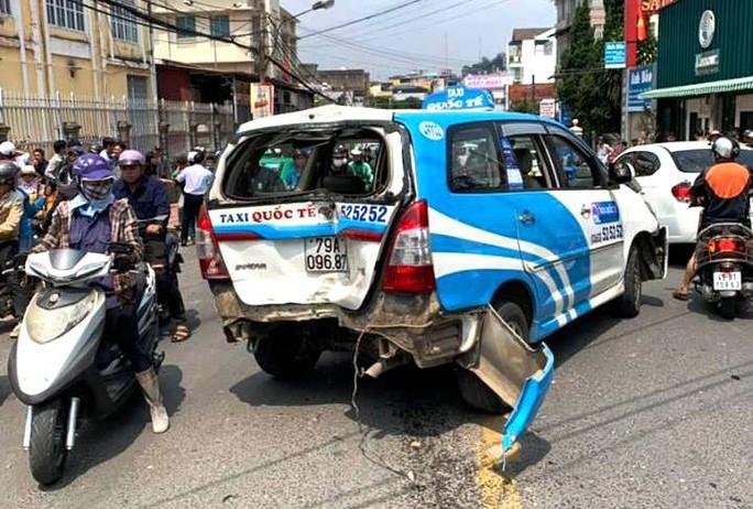 Thanh niên nghi ngáo đá gây tai nạn liên hoàn trên phố Đà Lạt - Ảnh 3.