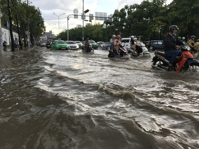 TP HCM phải chi hơn 470 tỉ đồng để sửa và chống ngập cho đường Nguyễn Hữu Cảnh - Ảnh 1.