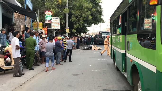 Tránh ôtô từ hẻm ra, người đàn ông ngã xuống đường bị xe buýt cán chết - Ảnh 1.