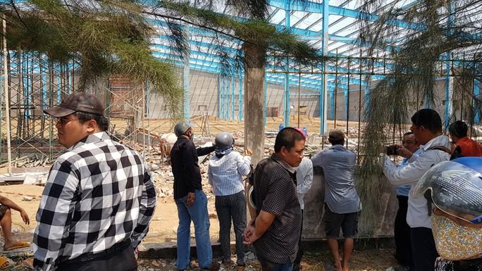 Sập tường công trình ở Vĩnh Long, 6 người tử vong - Ảnh 3.
