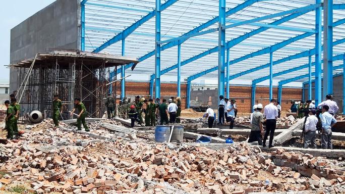 Sập tường công trình ở Vĩnh Long, 6 người tử vong - Ảnh 1.