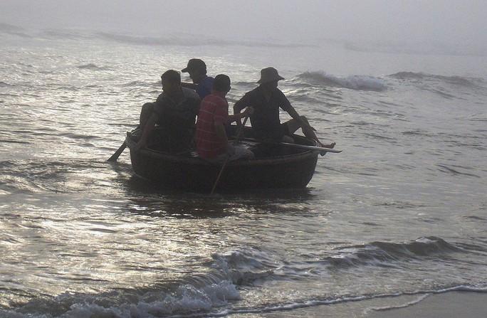 Quảng Nam: Vớt thuyền thúng, một ngư dân thiệt mạng - Ảnh 1.