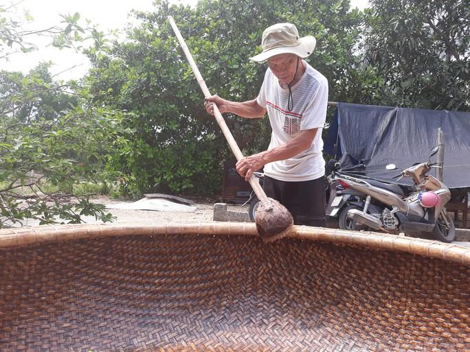 Kỳ công nghề đan thuyền thúng ở xứ Quảng - Ảnh 1.