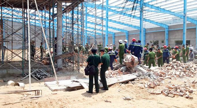 Thông tin mới nhất vụ sập tường khiến 6 người chết ở Vĩnh Long - Ảnh 1.