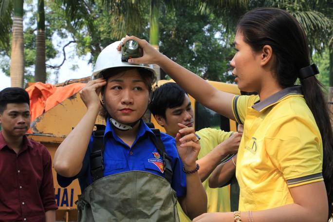 Người trẻ Sài Gòn chui xuống cống xem dưới đó có gì? - Ảnh 1.