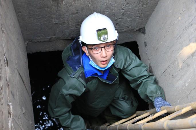 Người trẻ Sài Gòn chui xuống cống xem dưới đó có gì? - Ảnh 2.