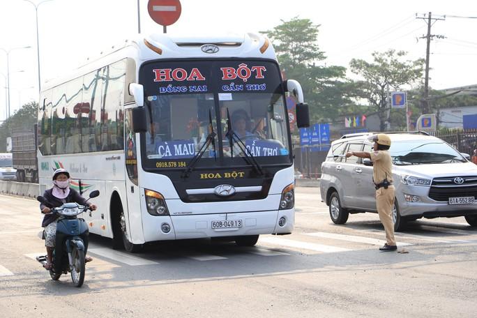 CSGT TP HCM phạt tài xế, nhắc nhở hành khách không cài dây an toàn - Ảnh 1.