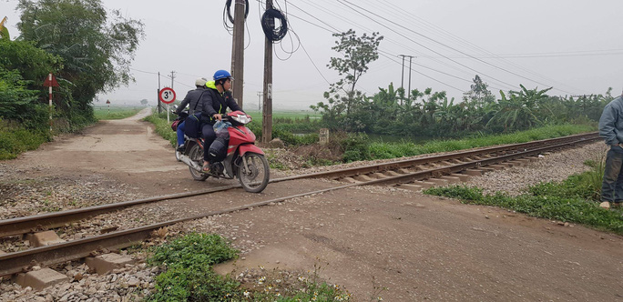 Băng qua đường sắt, 2 vợ chồng 80 tuổi bị tàu hỏa tông chết - Ảnh 2.
