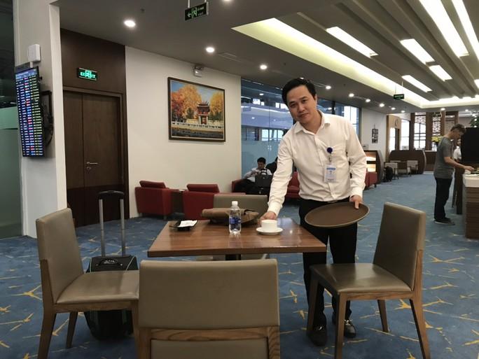Nhân viên ở Sân bay Nội Bài nhặt được 176 triệu đồng trả lại hành khách - Ảnh 1.