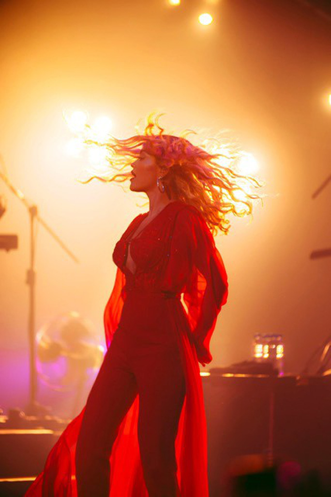 Rita Ora chọn trang phục Việt Nam cho tour diễn Phoenix - Ảnh 2.