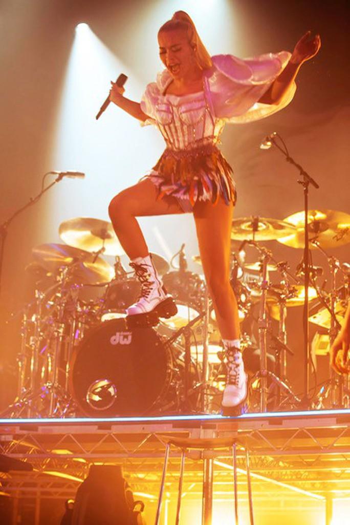 Rita Ora chọn trang phục Việt Nam cho tour diễn Phoenix - Ảnh 4.