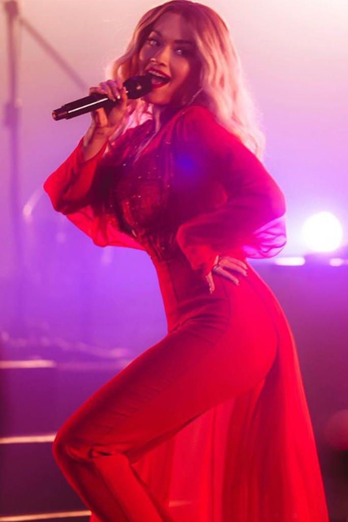 Rita Ora chọn trang phục Việt Nam cho tour diễn Phoenix - Ảnh 1.