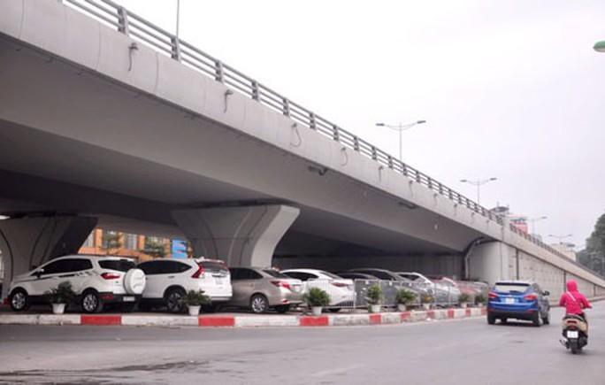 Bộ GTVT bác đề xuất của Hà Nội về việc duy trì các điểm giữ xe dưới gầm cầu - Ảnh 1.