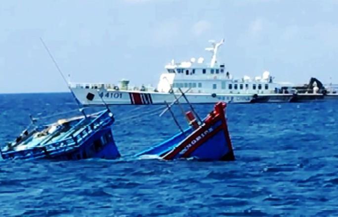 Chủ tàu cá Quảng Ngãi kể lại việc bị tàu Trung Quốc xịt vòi rồng, ép va vào đá - Ảnh 2.