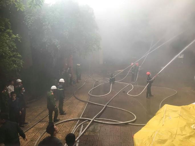 Clip, ảnh cháy lớn tại tổ hợp khách sạn, bar, kaoraoke cạnh bệnh viện - Ảnh 9.