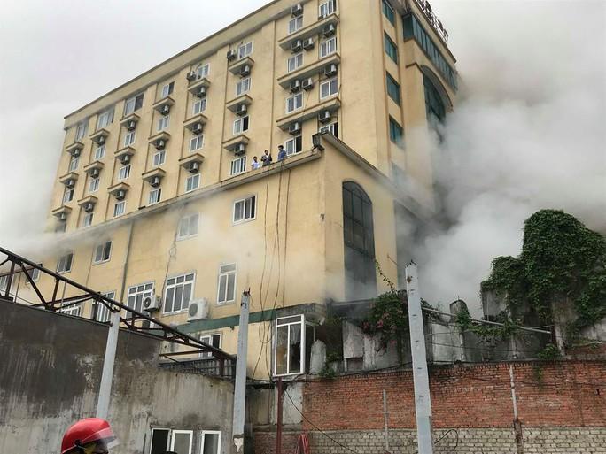 Clip, ảnh cháy lớn tại tổ hợp khách sạn, bar, kaoraoke cạnh bệnh viện - Ảnh 5.