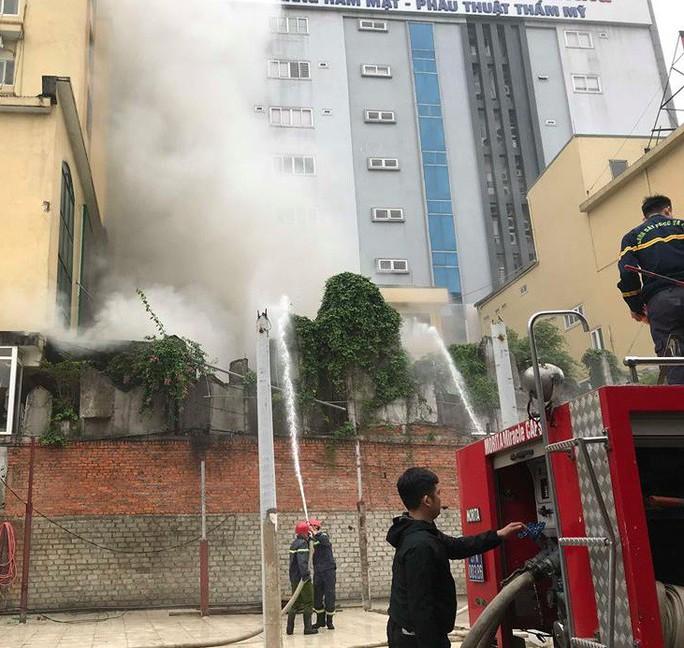Clip, ảnh cháy lớn tại tổ hợp khách sạn, bar, kaoraoke cạnh bệnh viện - Ảnh 7.