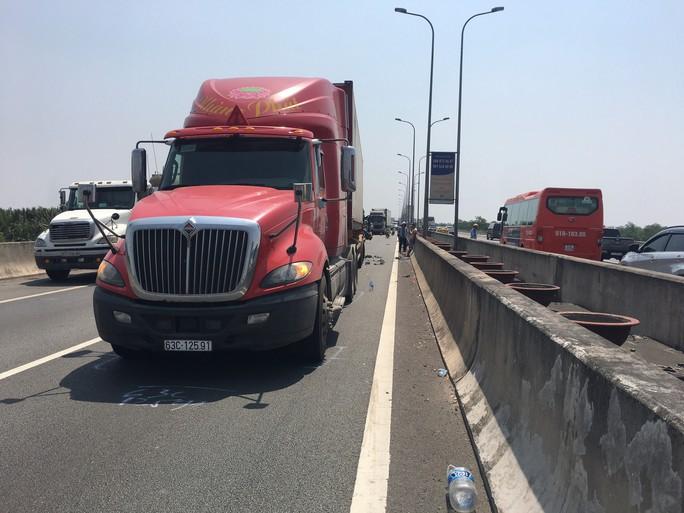 Tai nạn nghiêm trọng trên đường cao tốc TP HCM - Long Thành, ít nhất 2 người chết - Ảnh 4.