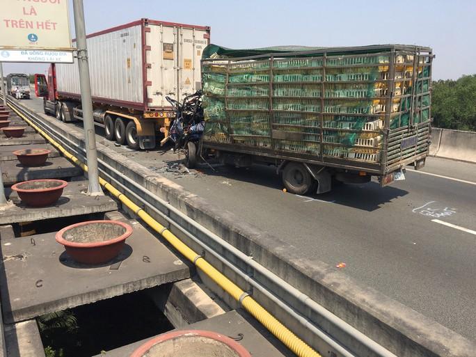 Tai nạn nghiêm trọng trên đường cao tốc TP HCM - Long Thành, ít nhất 2 người chết - Ảnh 1.